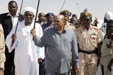 Le président soudanais Omar el-Béchir (au centre sur... (Photo: Albert Gonzalez Farran, Reuters)