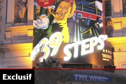 Véritable succès de Broadway, la pièce satirique Alfred Hitchcock's The 39...
