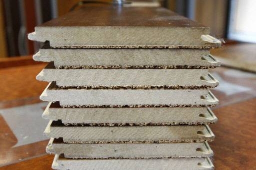 Des échantillons de planchers de bois à clip,... (Photo: Laetitia Deconinck)