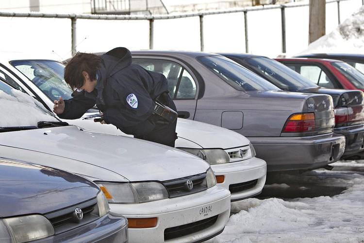 Une policière prend en note les numéros de... (Photo: Patrick Sanfaçon, La Presse)