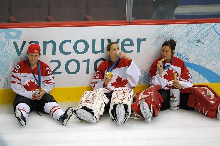 Plusieurs joueuses de l'équipe de hockey féminine du... (Photo: PC)