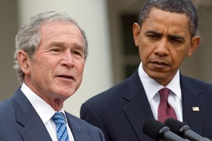 George W. Bush (gauche sur la photo) est... (Photo: Saul LOEB, AFP)
