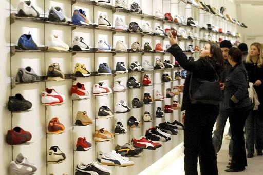 Une boutique de souliers Puma... (Photo: archives AFP)
