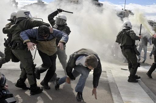 Les policiers ont utilisé des gaz lacrymogènes et... (Photo: AFP)