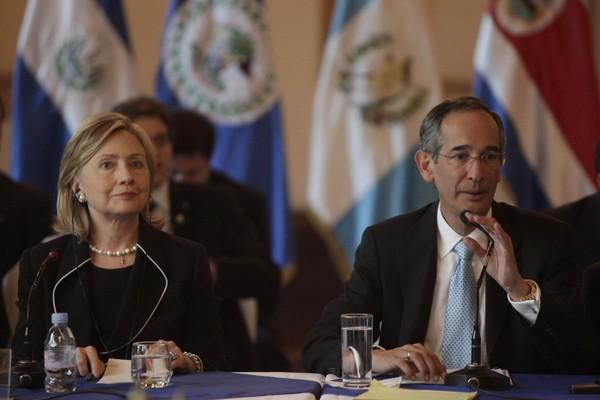 Hillary Clinton et le président du Guatemala Alvaro... (Photo AFP)