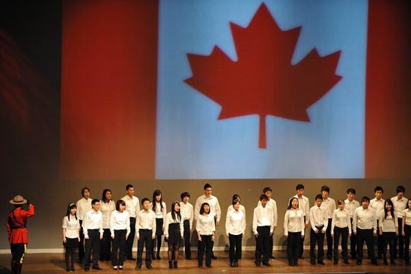 Un choeur chante l'hymne national canadien lors des... (Photo AFP)