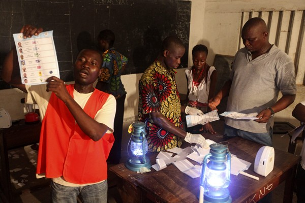 Un agent officiel montre un bulletin de vote... (Photo AP)
