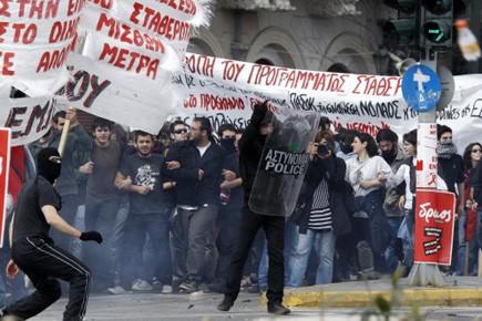 Des dizaines de jeunes, certains cagoulés et armés... (Photo: Yiorgos Karahalis, Reuters)