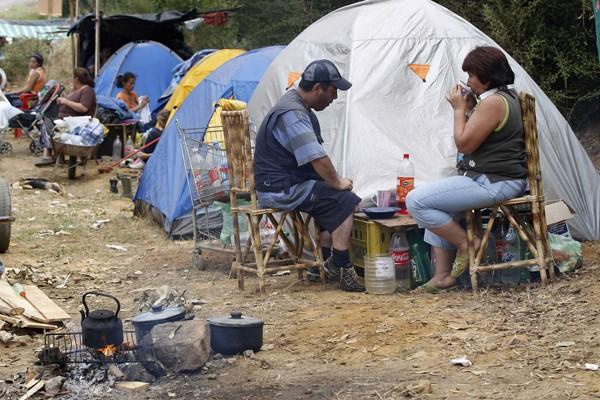 Des survivants du séisme et du tsunami sont... (Photo Reuters)
