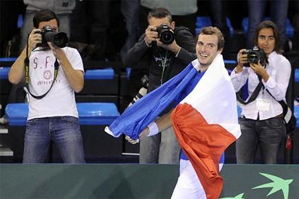 Julien Benneteau célèbre sa victoire.... (Photo: AFP)
