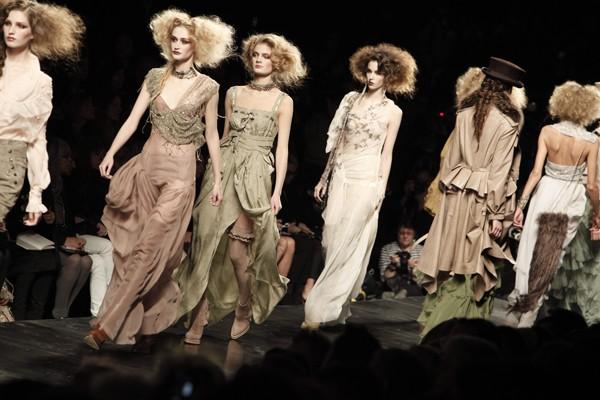 Des modèles lors du défilé du couturier John... (Photo AP)
