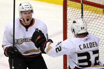 Les Ducks se battent tout autant que le... (Photo: Darryl Dyck, PC)