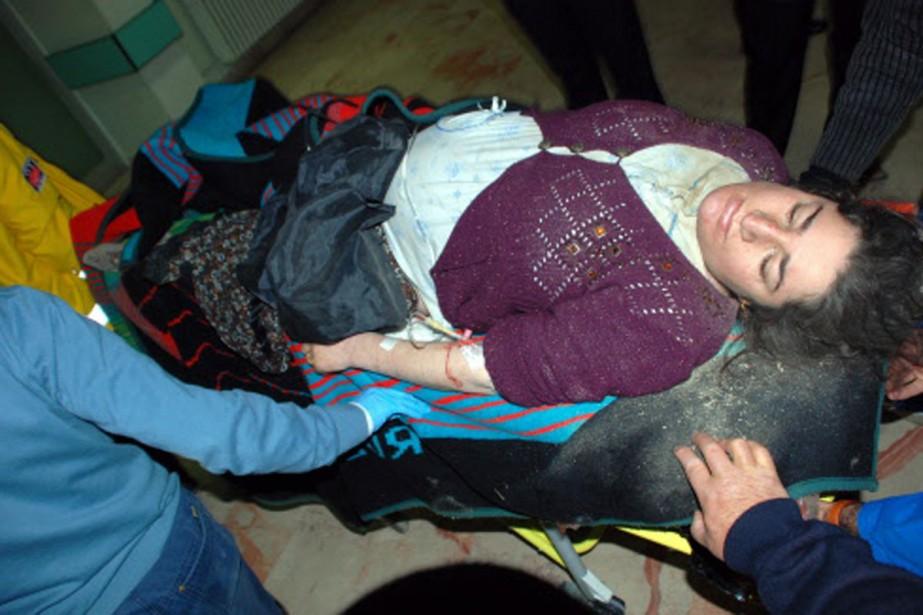 Des secouristes transportent d'urgence une femme blessée dans... (Photo: AFP)