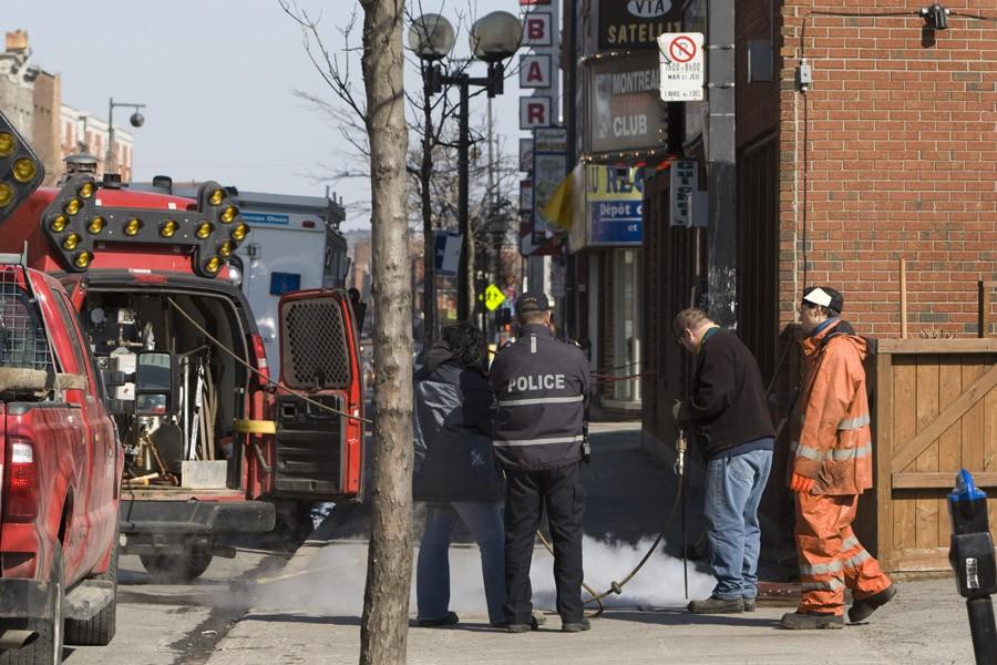 Des employés municipaux s'affairaient à nettoyer la scène... (Photo: Robert Skinner, La Presse)
