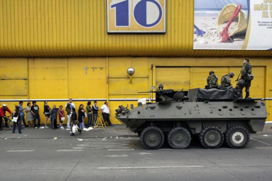 Des chars d'assaut ont été déployés pour surveiller... (Photo: AFP)