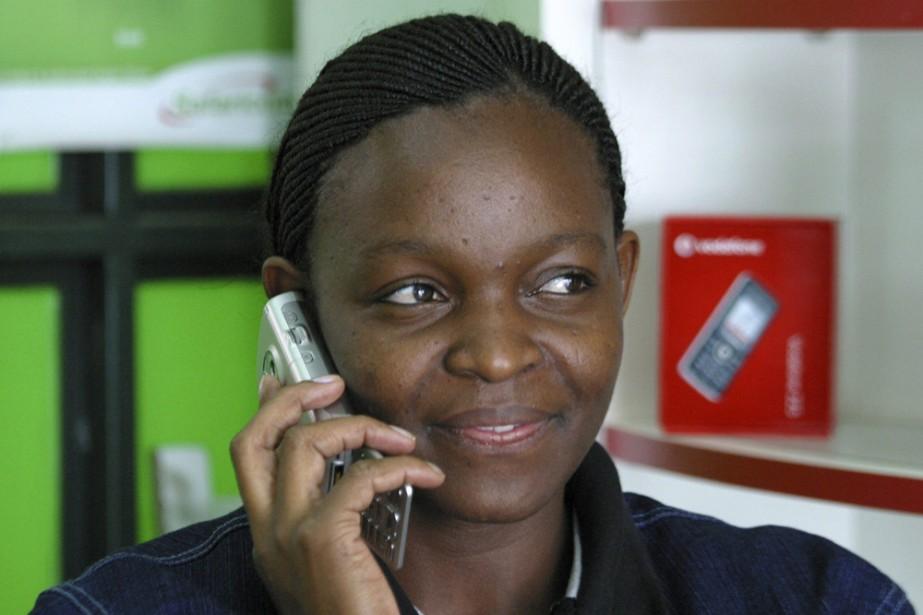 Une Africaine utilise son cellulaire à l'extérieur d'un... (Photo: Reuters)