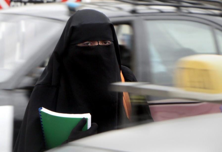 Dans l'ouest de la France, une femme portant... (PHOTO: ARCHIVES AP)
