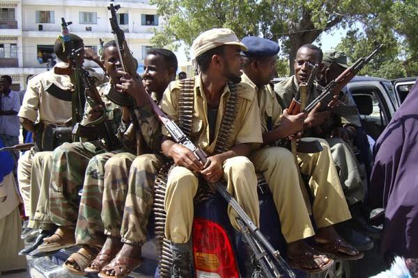 Des soldats tiennent leurs armes lors d'une patrouille... (Photo Reuters)