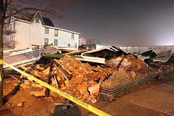 Une maison effondrée à cause du vent à... (Photo AP)