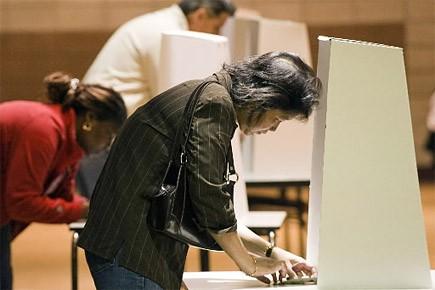 Des gens votent au 40e élection générale du... (Photo: AFP)