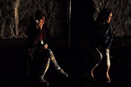 Deux femmes attendent l'autobus durant la panne d'électricité... (Photo: Eliseo Fernandez, Reuters)