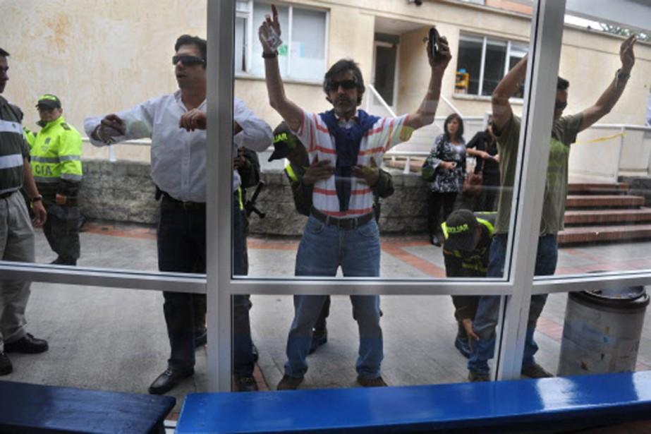 Des électeurs colombiens ont du se soumettre à... (Photo: AFP)