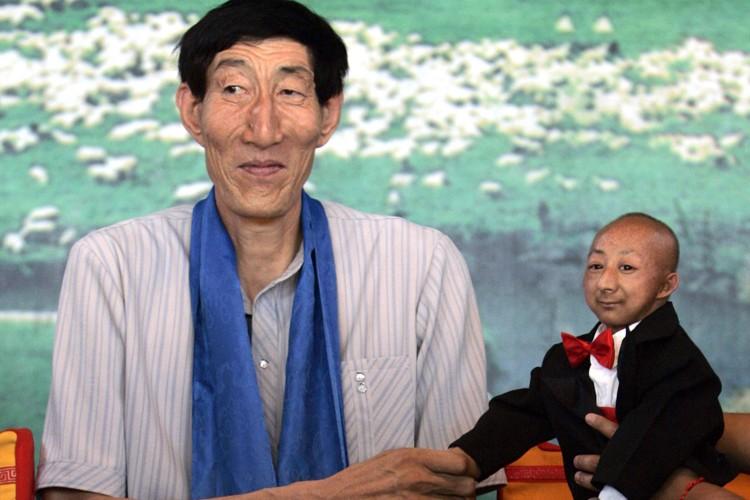 He Pingping, l'homme le plus petit du monde,... (Photo: Reuters)