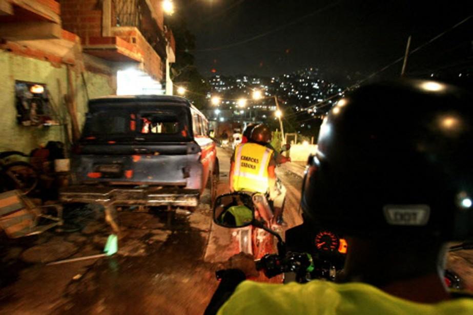 Une escouade policière patrouille les rues de Caracas... (Photo: archives AFP)