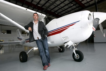 Ed Robertson et son Cessna, en 2006. L'été... (Photo: archives PC)