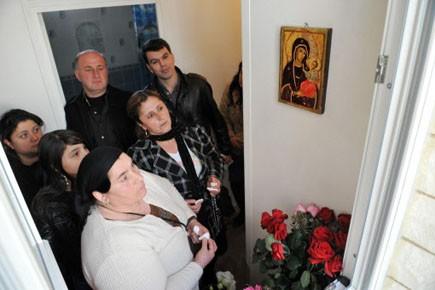 Plusieurs croyants sont revenus plusieurs fois dans la... (photo: BERTRAND LANGLOIS, AFP)