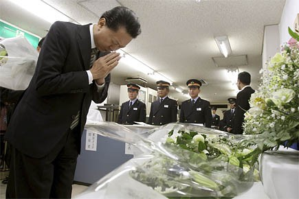 Le Premier ministre Yukio Hatoyama a rendu hommage... (Photo: AP)