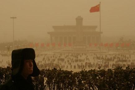 Touristes et travailleurs devaient se couvrir le visage... (Photo: Reuters)