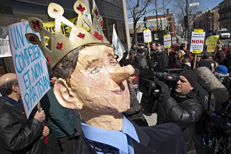 Des manifestants avaient confectionné une marionnette géante représentant... (Photo: Ivanoh Demers, La Presse)