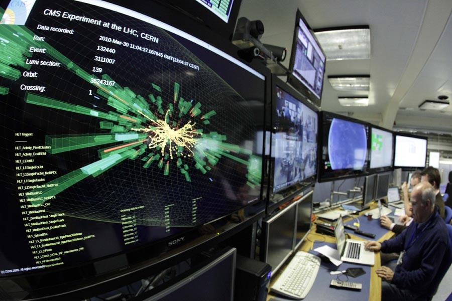 Un écran montre les collisions de protons à... (Photo: Reuters)