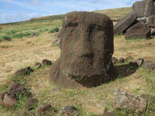 On aperçoit parfois une statue au détour d'une dune. Plusieurs ont été brisées ou abîmées par le temps. | 1 mars 2011