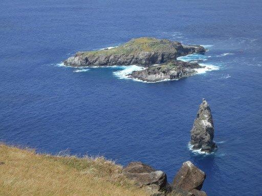 La petite île où allaient nicher les oiseaux migrateurs, en bas du village Orongo. | 1 mars 2011