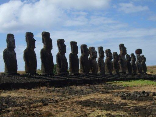 Les 15 moai de Tongariki. | 1 mars 2011