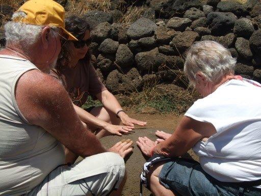 Des touristes vérifient le magnétisme de la pierre nommée «le nombril du monde» ou Te Pito Kura. | 1 mars 2011