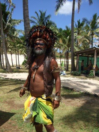 Comme les visiteurs s'intéressent davantage aux statues qu'aux gens, certains Rapanui vont jusqu'à se déguiser pour attirer leur attention. | 1 mars 2011