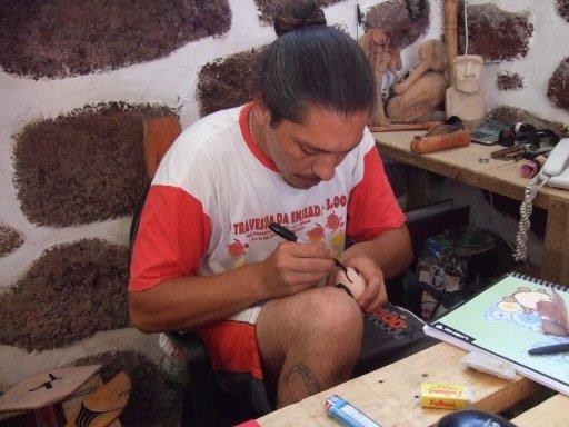 Un artisan trace des motifs de l'écriture rongorongo sur des oeufs. | 1 mars 2011