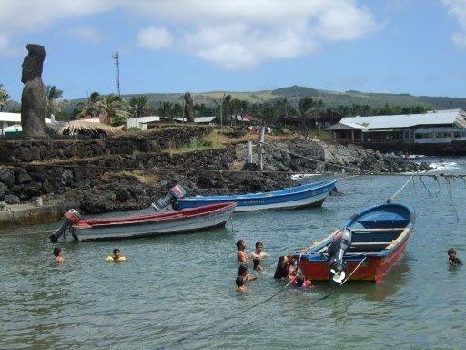 Des enfants s'amusent entre les barques des pêcheurs dans le... | 2011-03-01 00:00:00.000