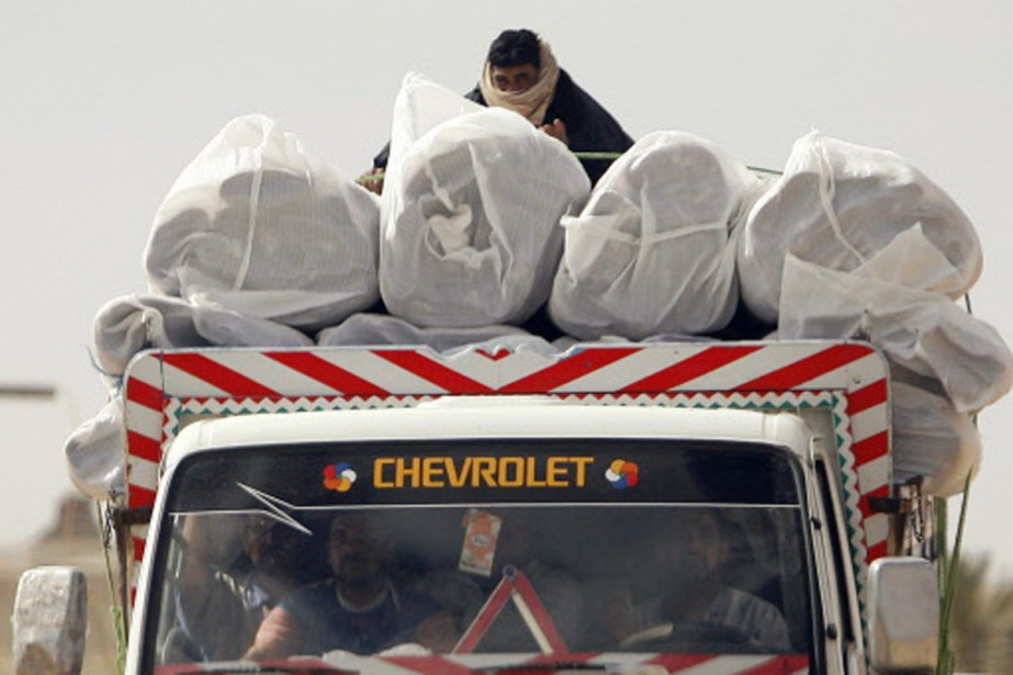Des bédouins filent vers la frontière égyptienne, un... (Photo: Reuters)