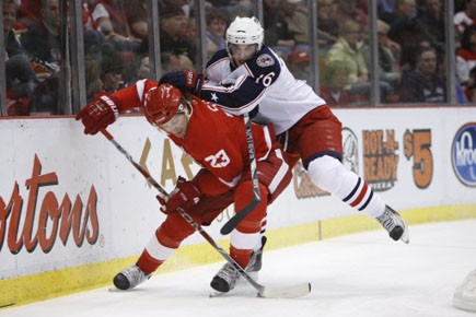 Le défenseur des Red Wings Brad Stuart est... (Photo: Carlos Osorio, AP)