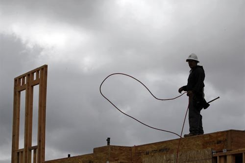 Un homme travaille sur un chantier de construction... (Photo: Reuters)