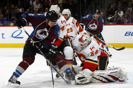 Miikka Kiprusoff a bloqué 35 tirs contre le... (Photo: David Zalubowski, AP)