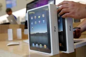 Les voyageurs qui arrivent en Israël avec un iPad en mains... (Photo: Reuters)