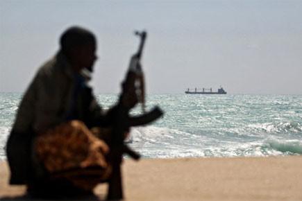 Un pirate somalien surveille un navire.... (Photo: AFP)