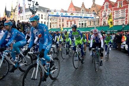 Les cyclistes au départ du Tour de Flandres,... (Photo AFP)