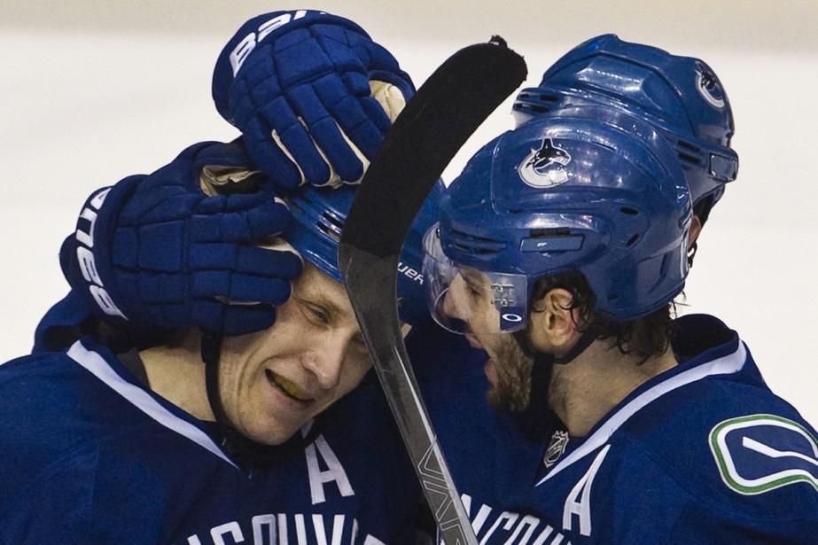 Sami Salo et Ryan Kesler... (Photo: Reuters)