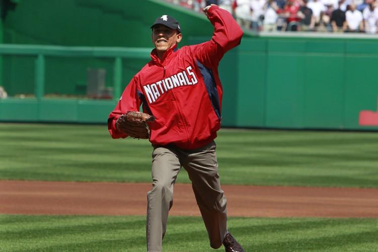 Le président Barack Obama a effectué le lancer... (Photo: Reuters)